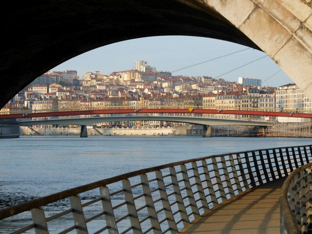 Vue sur la Saône et la Croix-Rousse (sous le pont Bonaparte)