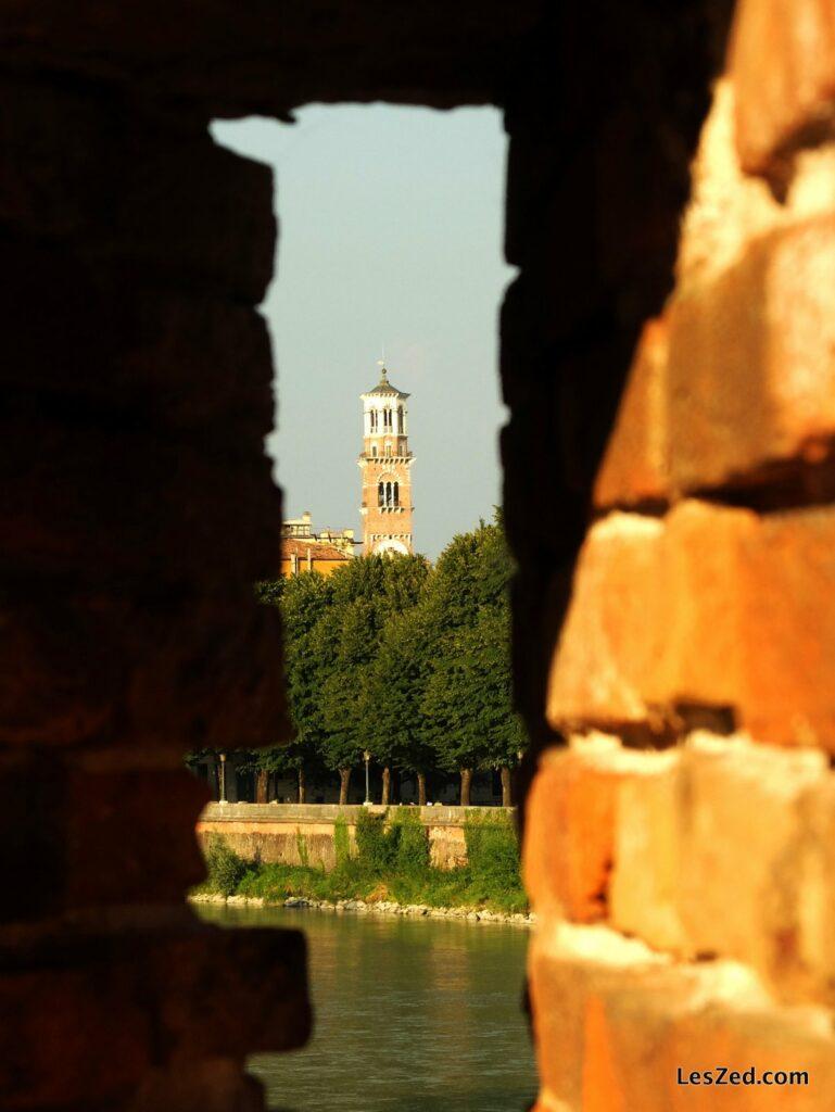 Vue sur la Torre dei Lamberti depuis le Ponte di Castelvecchio