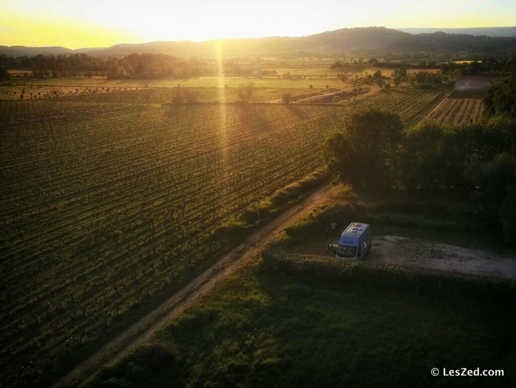 Le fourgon au milieu des vignes du Luberon