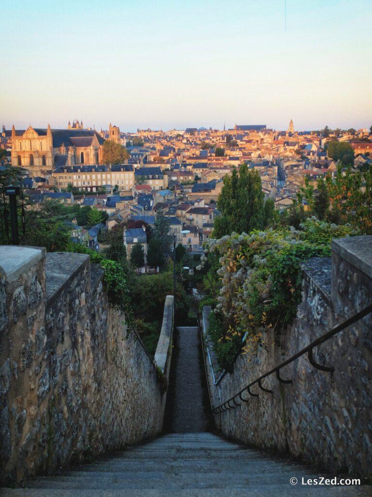 Vue panoramique sur Poitiers au lever du soleil