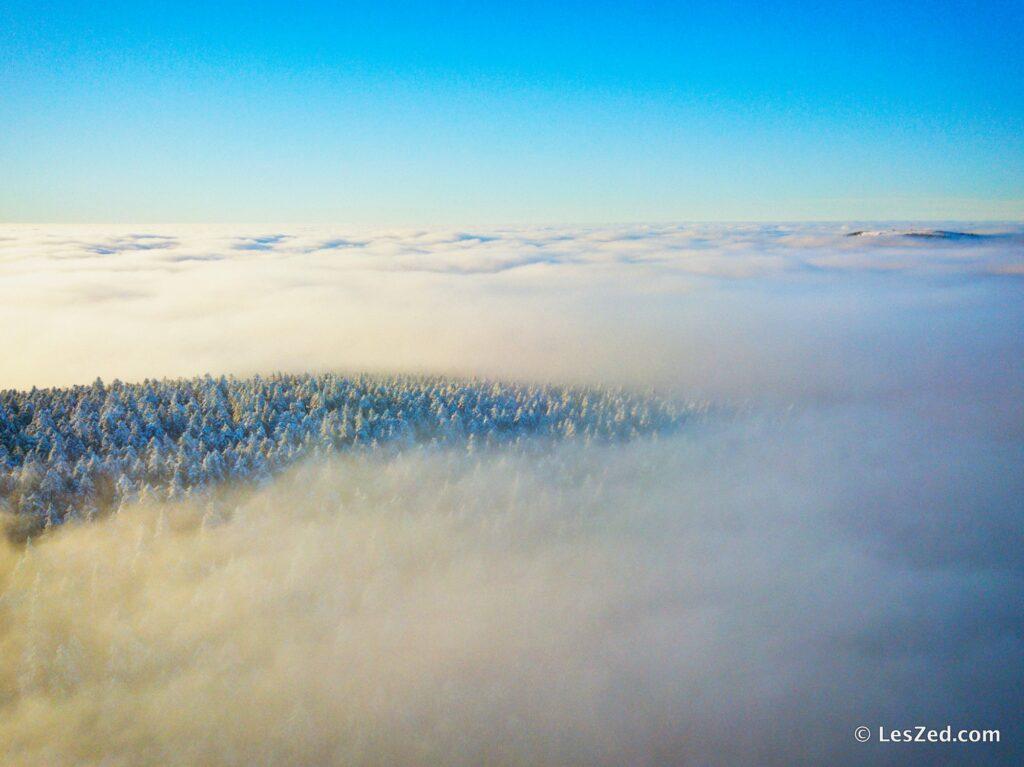 Les monts du Forez dans les nuages