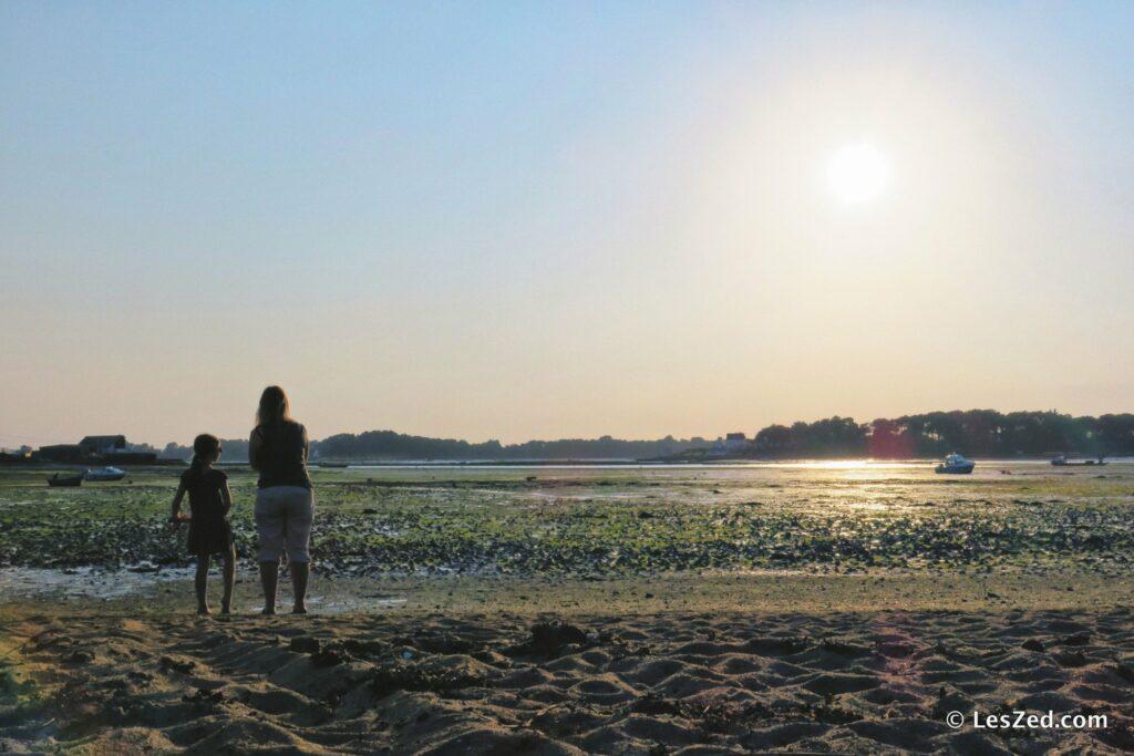 Les filles faces à la Baie de Locoal