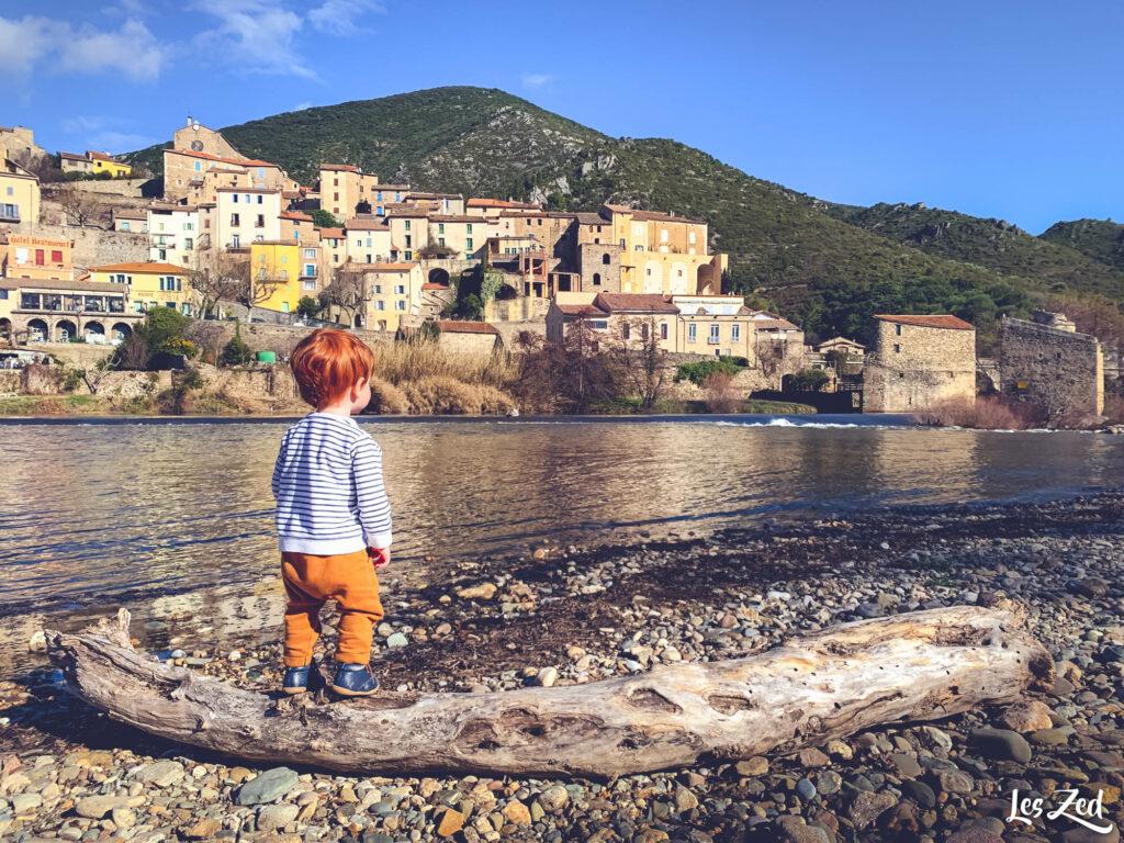 Enfant sur plage de Roquebrun (Parc naturel régional du Haut-La
