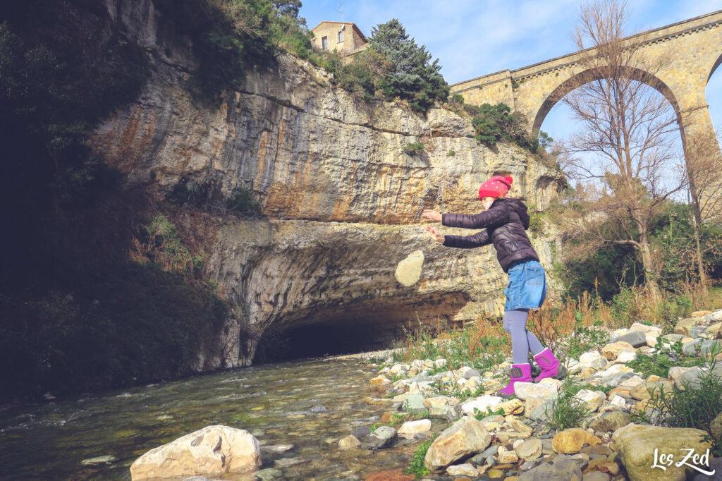 Gorges et tunnel naturel à Minerve