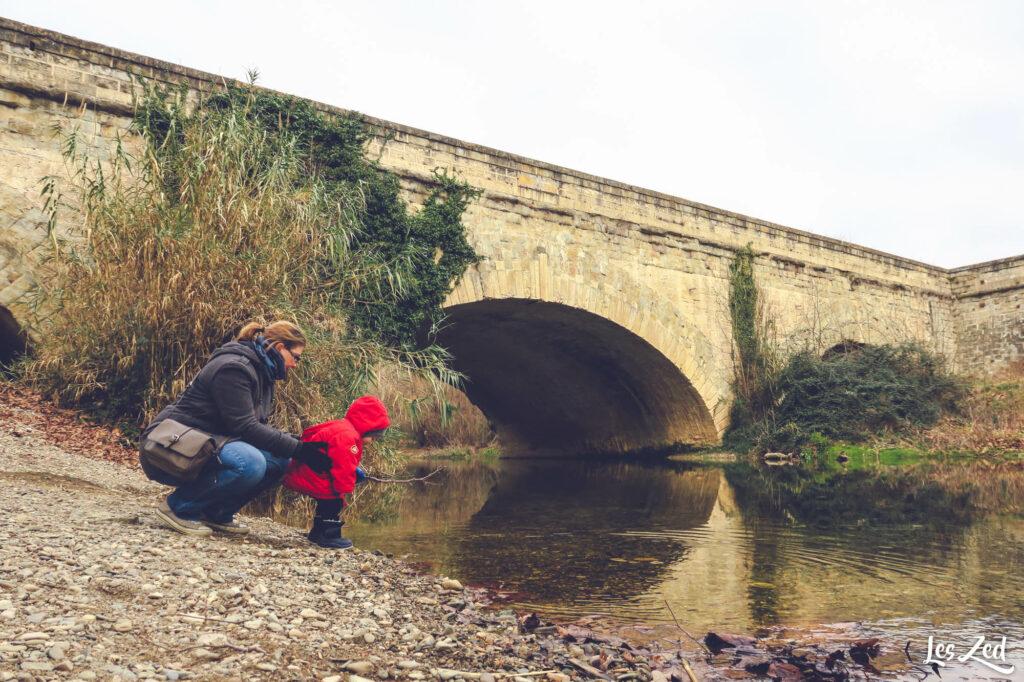 Jouer au bord de la Cesse sous le Pont-Canal