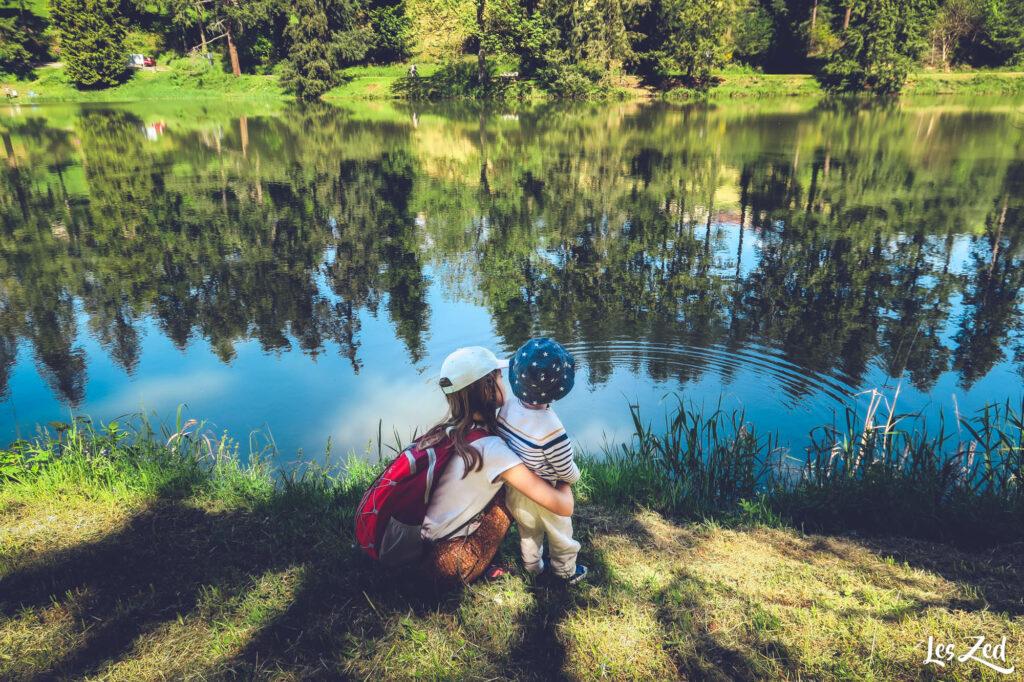 Monts du Lyonnais barrage de la Gimond reflets et enfants